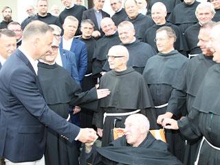 Prezydent Andrzej Duda wita się z najstarszym franciszkaninem, o. Ignacym Rejchem