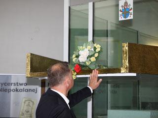 Prezydent Andrzej Duda przy samochodzie-kaplicy papieskiej